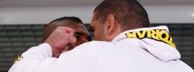 Overeem e Pezão fazem encarada mais tensa. (Foto: MMA Fighting)