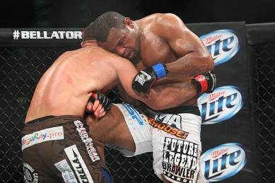 Emanuel Newton venceu Mikhail Zayats em uma batalha de 3 rounds