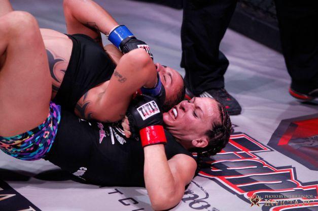 Cat Zingano venceu Raquel Pennington por finalização em sua última luta no Invicta FC 3 (foto: reprodução)