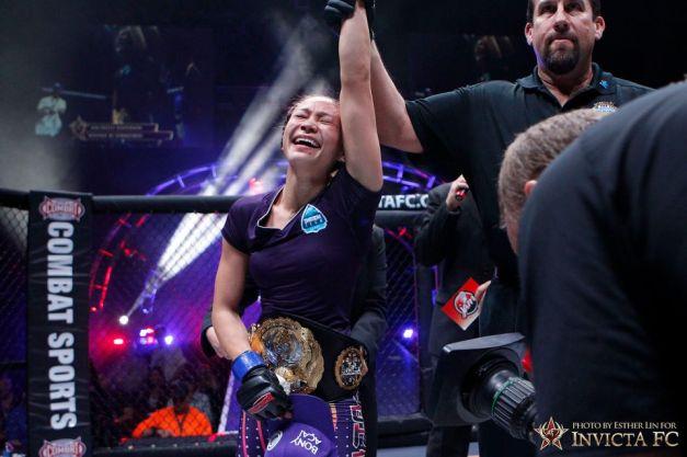 """Michelle Waterson """"roubou"""" o cinturão de Penne na luta da noite. (Foto: Invicta FC/Esther Lin)"""
