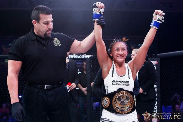 Carla Esparza venceu Bec Hyatt na decisão unânime,  se tornando a primeira campeã da categoria peso-palha do Invicta FC (foto: reprodução)