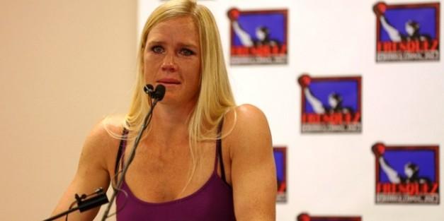 Holly Holm possui um recorde de 32-2-3 no boxe (foto; reprodução)