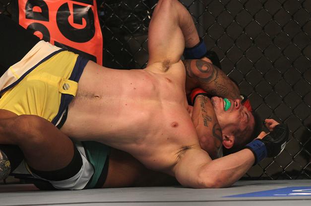 """Luiz Besouro"""" Dutra (corner vermelho) encaixa o mata-leão em Pedro Iriê (corner azul) na luta preliminar do The Ultimate Fighter Brasil 2 (Foto de Luiz Pires Dias/Zuffa LLC/Zuffa)"""