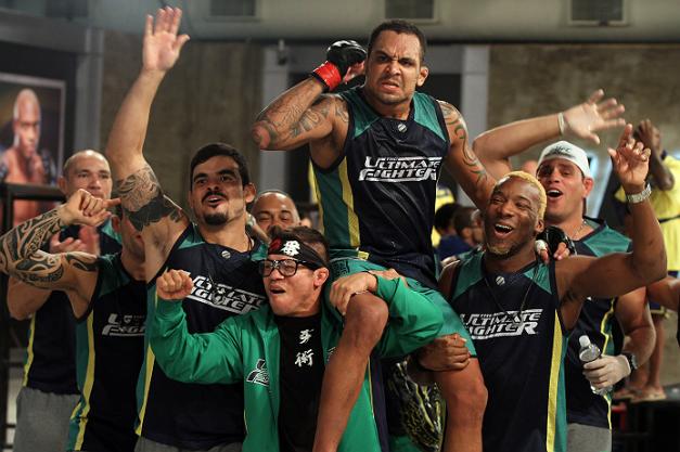 """Luiz Besouro"""" Dutra celebra com o Time Nogueira a vitória sobre Pedro Iriê na luta preliminar do The Ultimate Fighter Brasil 2 (Foto de Luiz Pires Dias/Zuffa LLC/Zuffa LLC via Getty Images)"""
